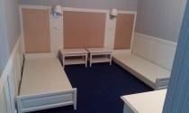 мебель выполнена в светлом стиле для двухместного номера гостиницы