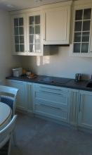 Белая кухня выполнена под заказ