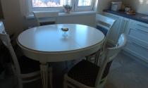 Светлый стол со стульями