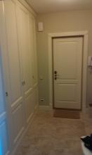 Кухонная дверь в светлом стиле из натурального дерева