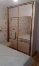Шкаф в спальную с зеркальными раздвижными дверцами