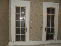 белые двери с золотой окантовкой