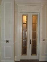 белые двери с золотой окантовкой вокруг стекла