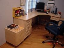 Угловой стол в детской комнате