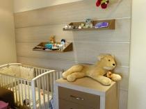 Тумба в детской комнате выполнена под заказ в цвет стеновой панели крупный план